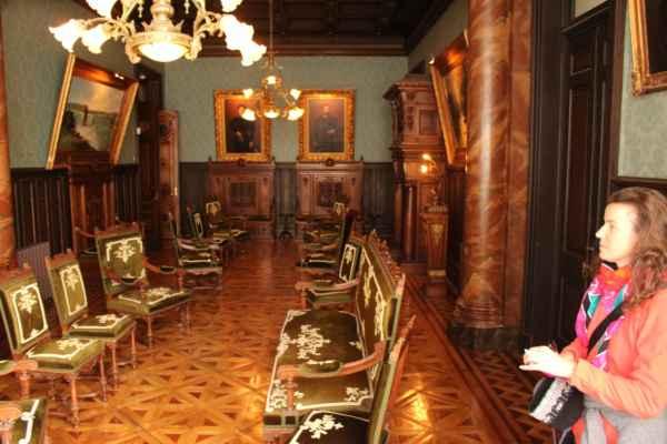 uvnitř vyzdobená nábytkem z Evropy