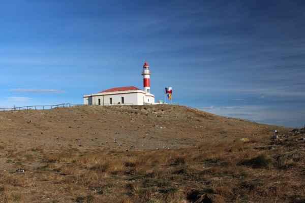 maják na kopci jinak pustého ostrůvku
