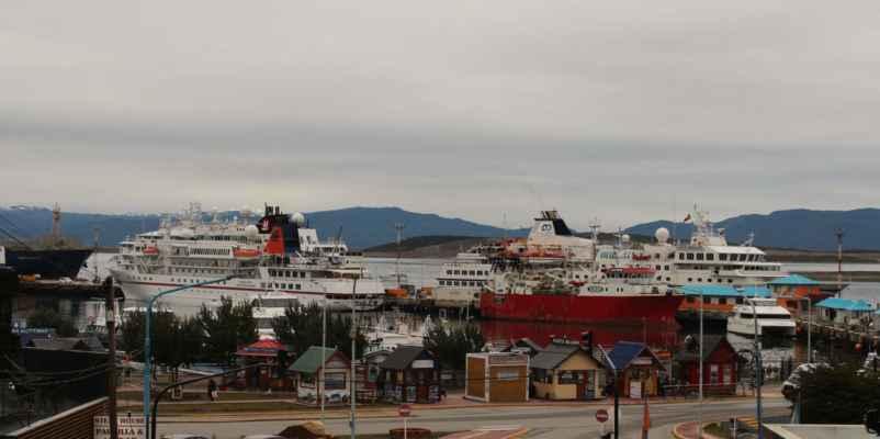 Ushuaia je i přístavem pro veliké lodě odplouvající na Antarktidu