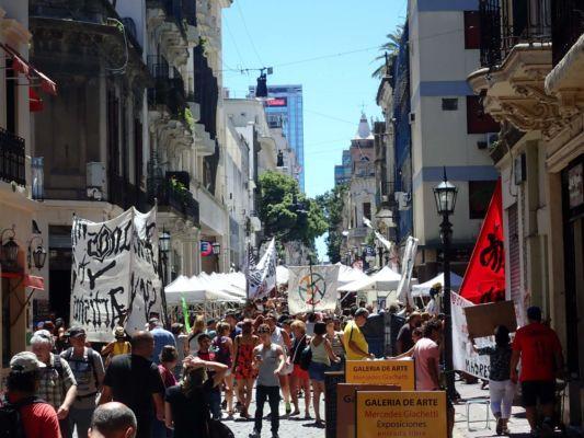 demonstrace za větší uvolnění ulic pouličním umělcům