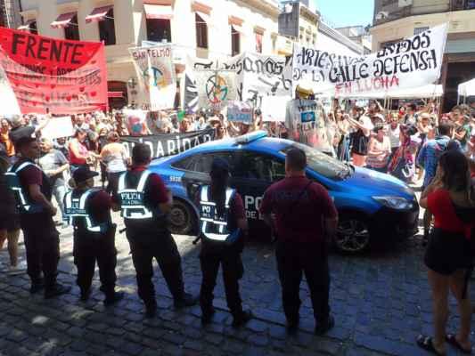 zatím co policie hlídala demonstranty, kousek vedle před našima očima okradli americkou důchodkyni o hodinky Rolex, i takové je Buenos Aires