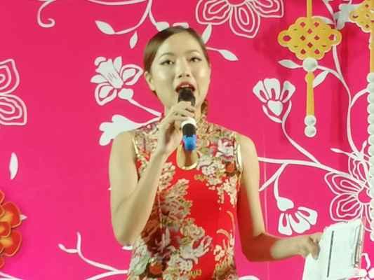 Zdravíme všechny příznivce rajčete. Přijměte pozvání na několik akcí, které se konali v novém obchodním centru Terminál 21 v Pattayi. 5 února začal rok prasete a při té příležitosti bylo připraveno mnoho akcí. Na pódiu po několik dní probihali kulturní programy.