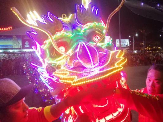 Po setmění byl na ploše před obchodním centrem TERMINÁL 21 velkolepý čínský drak.